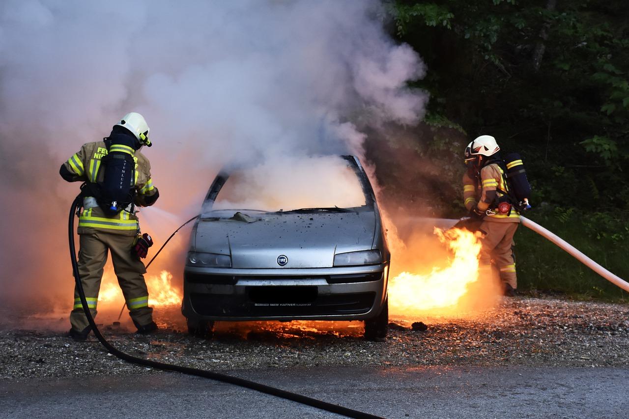 Abgefackelt: Wer zahlt bei Brandstiftung am Auto?